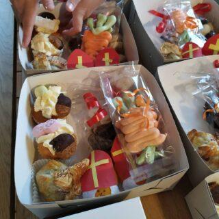 De eerste sintboxen zijn al opgehaald!🥳 Je kan nog tot woensdag as 12.00uur een box bestellen!👊🏾💢 Mail naar welkom@dehooijmaat.nl 💌