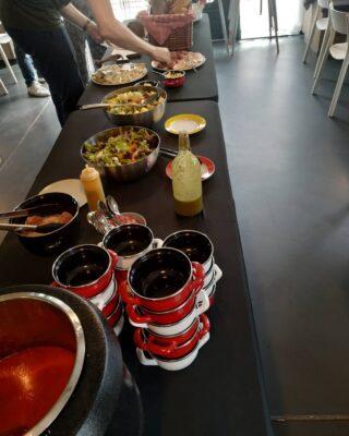 Aanvallen! Zo ziet zo'n lunchbuffet er dan uit. Heerlijk soepje, divers beleg, salades... hmmm🍞🥬🥒 Ook een feestje met een lekker buffet? Neem contact met ons op🥳