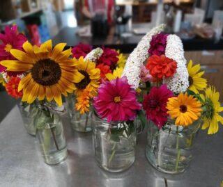 Kleurrijke bloemetjes staan weer op de tafels! Wij halen de zomer naar binnen, voordat hij weg is🌈 Hebben jullie nog vakantie? Of moeten jullie weer aan de bak?